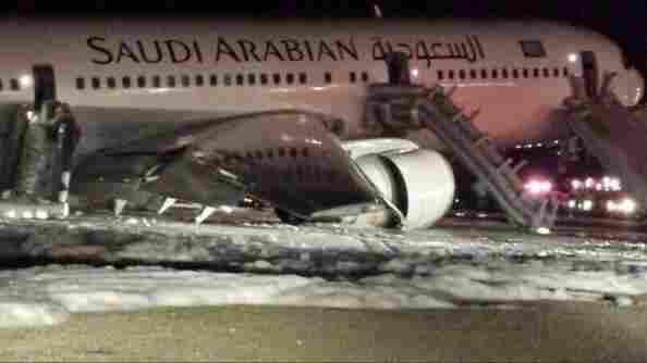 A-Saudi-Arabian-Airlines-makes-an-emergency-landing-at-Medina-Airport-as-the-gear-fails-to-d-wallpaper-wp4603434