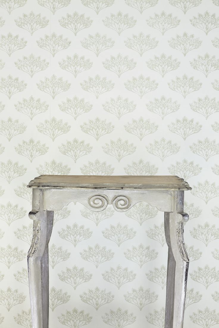 A-pretty-small-scale-peacock-fan-motif-wallpapr-design-in-grey-with-a-hand-painted-effect-wallpaper-wp4603424