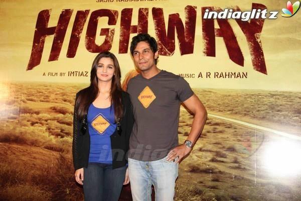 Alia-Bhatt-and-Randeep-Hooda-at-Highway-Trailer-Launch-wallpaper-wp5403152
