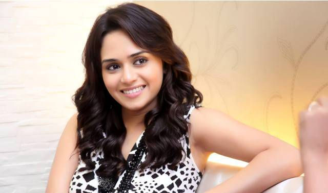 Amruta-Khanvilkar-Biodata-personal-life-family-first-debut-film-career-movie-list-filmography-wallpaper-wp5602870