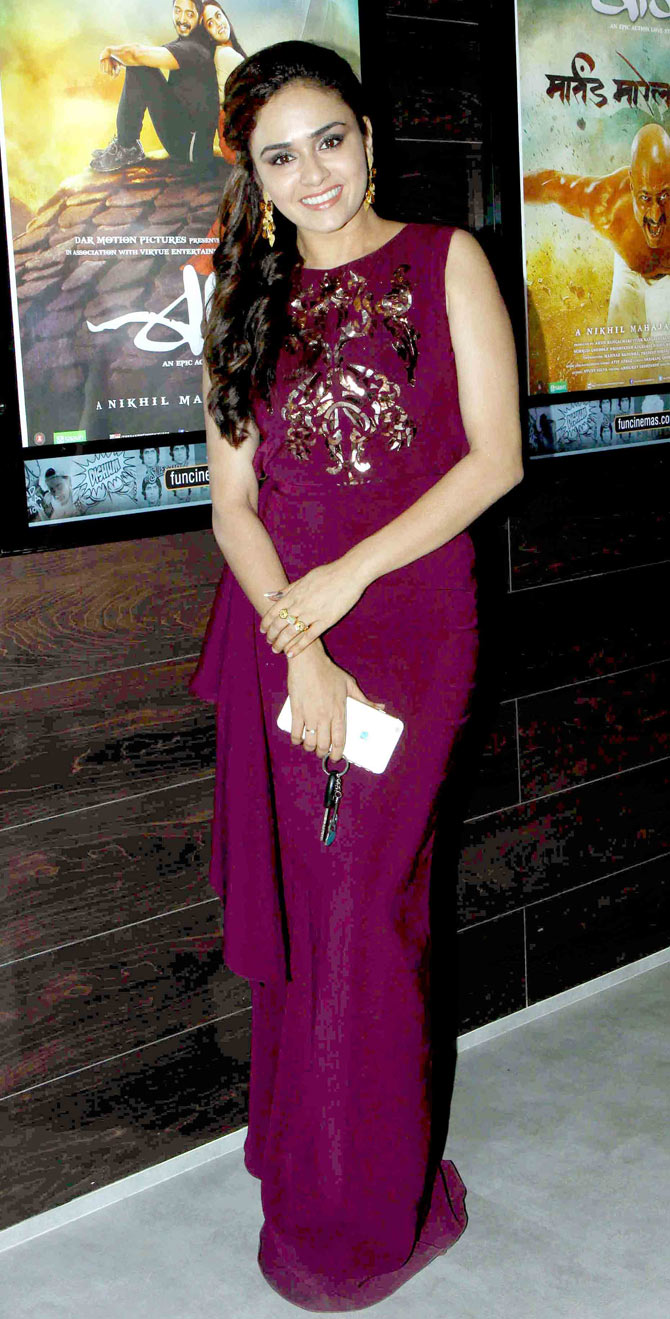 Amruta-Khanvilkar-at-the-premiere-of-the-Marathi-superhero-film-Baji-Bollywood-Fashion-Style-wallpaper-wp5602864
