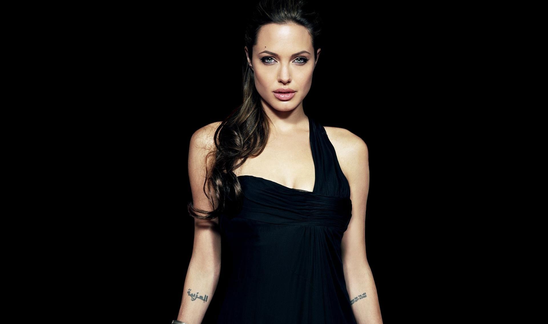 Angelina-Jolie-wallpaper-wp5602914
