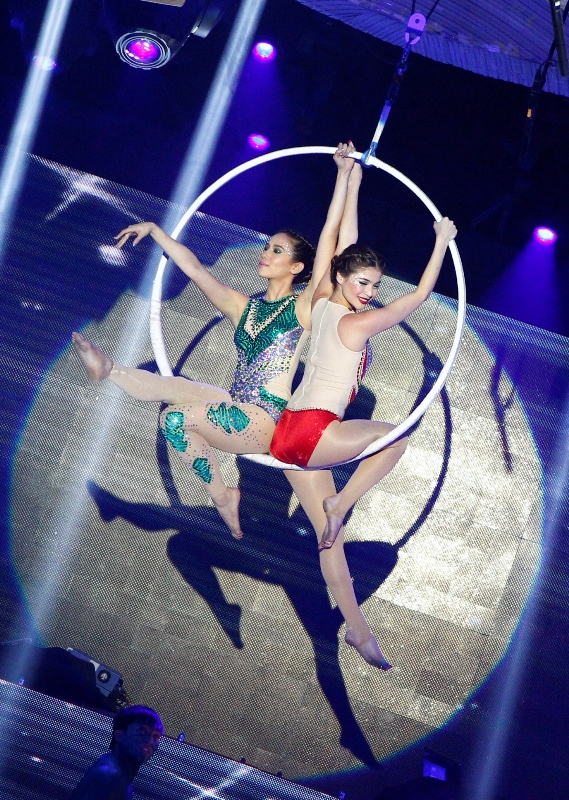Anne-Curtis-and-Karylle-do-aerial-acrobatics-wallpaper-wp4404506