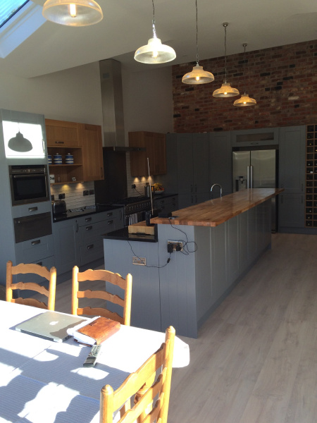 Another-angle-on-this-gorgeous-Linda-Barker-kitchen-What-do-you-think-to-the-Oak-and-Gullwing-combo-wallpaper-wp5602958