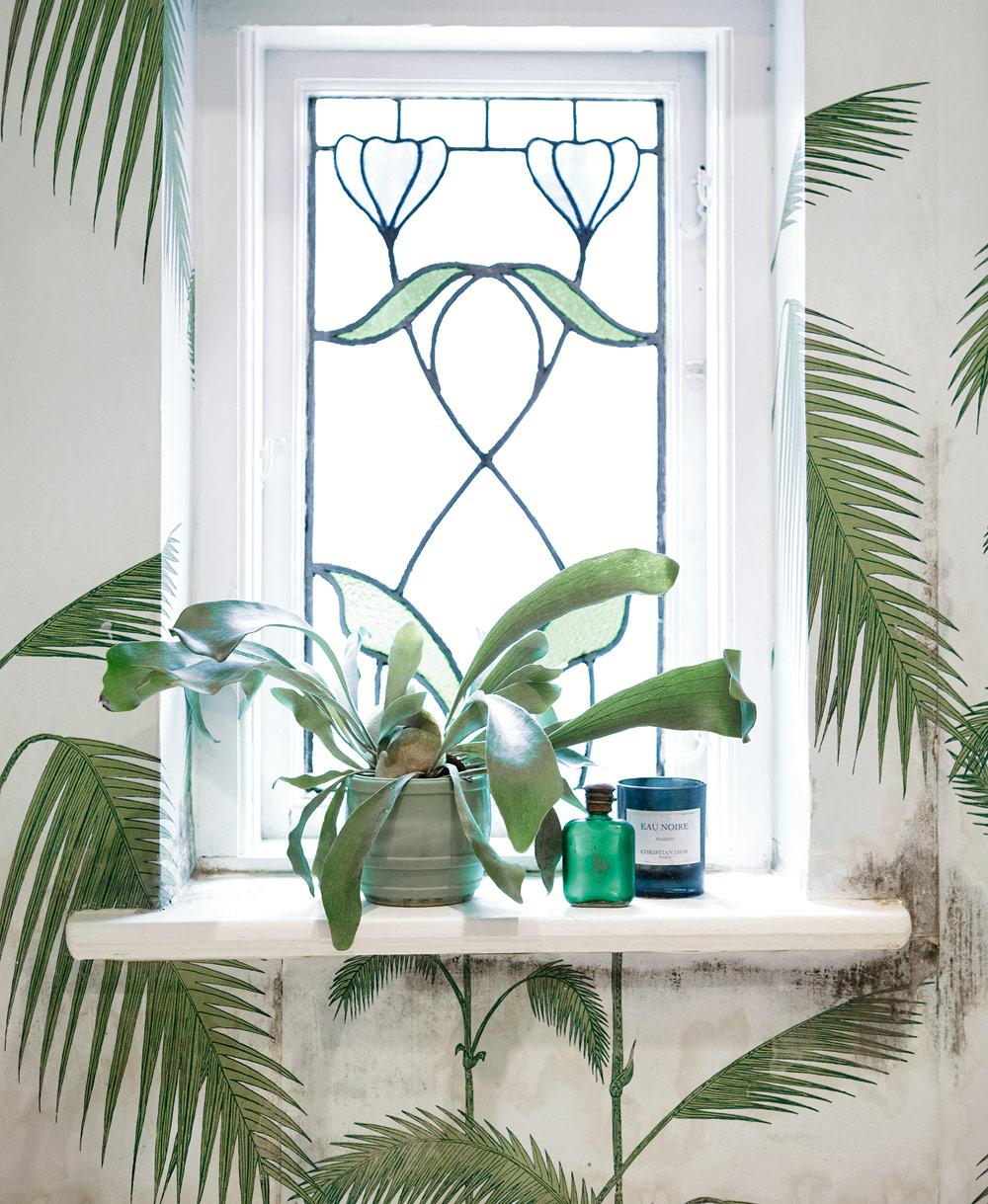 Art-nouveau-window-with-decor-below-From-Skona-Hem-Magazine-Cole-Son-palm-wallpaper-wp3003318