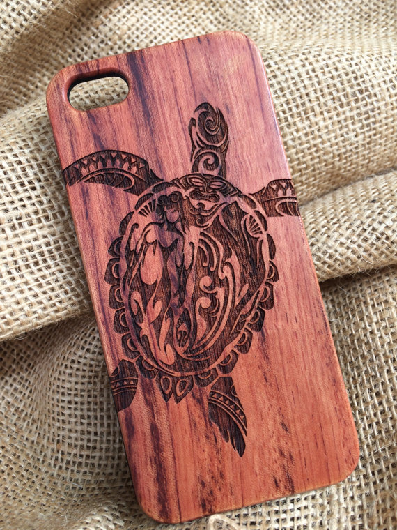 Artistically-designed-and-crafted-phone-case-engraved-right-into-the-wood-This-eye-popping-case-of-wallpaper-wp3402611
