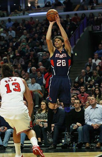 Atlanta-Hawks-v-Chicago-Bulls-kyle-korver-shoots-over-noah-wallpaper-wp5204289