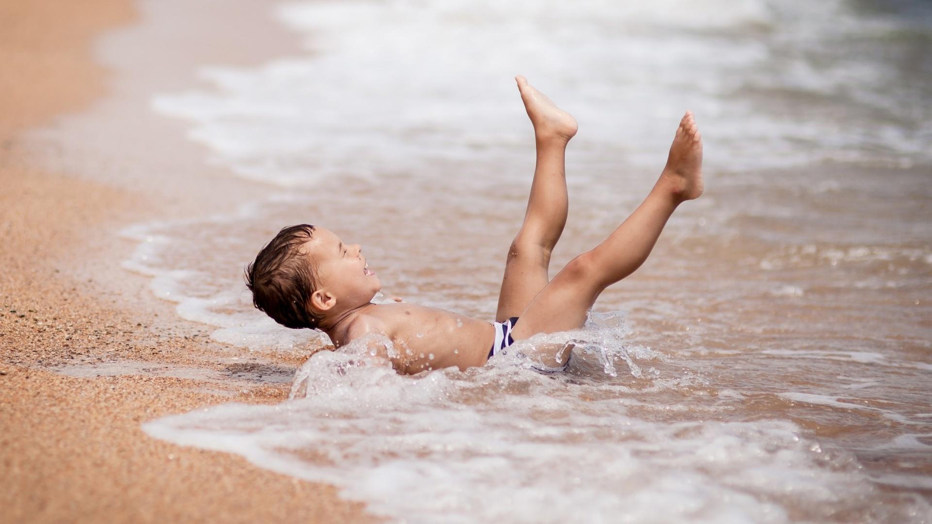 Baby-Boy-Enjoying-Beach-Bathing-wallpaper-wp4603978-1