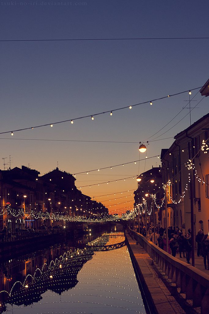 Beautiful-outdoor-lighting-across-water-in-Italy-wallpaper-wp5204516