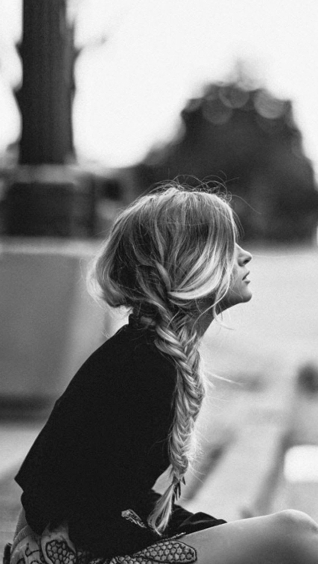 Blonde-Girl-Waiting-Sidewalk-Find-more-Black-White-Android-iPhone-pretty-wallpaper-wp5204723