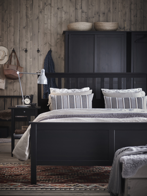 Bring-your-bedroom-d%C3%A9cor-dreams-to-life-IKEA-HEMNES-bedroom-furniture-has-a-traditional-style-that-wallpaper-wp3003914