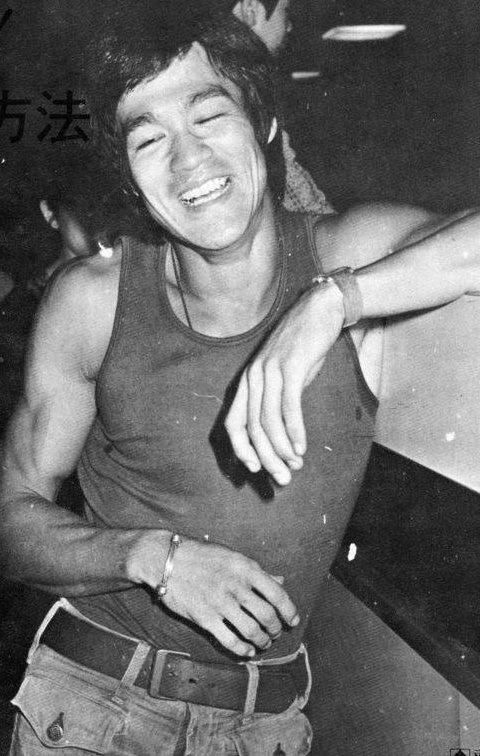 Bruce-Lee-smiling-wallpaper-wp4405395