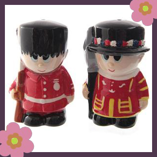 Ceramic-Beefeater-salt-pepper-sets-make-a-nice-present-ideas-as-part-of-our-London-themed-gifts-at-wallpaper-wp4805164