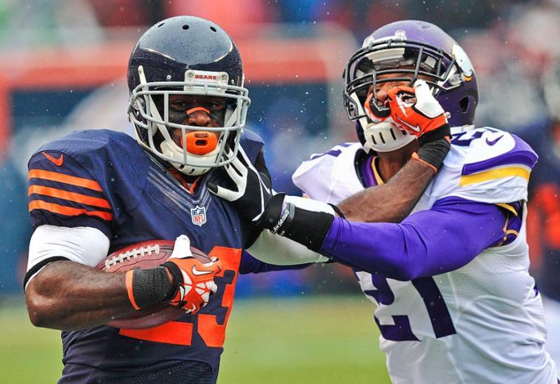 Chicago-Bears-Devin-Hester-pushes-off-Minnesota-Vikings-Josh-Robinson-wallpaper-wp424499-1