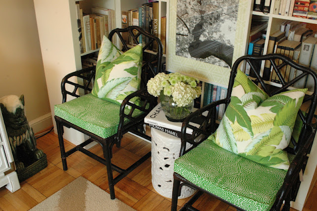 Chinese-Chippendale-with-banana-leaf-pillows-wallpaper-wp4604702