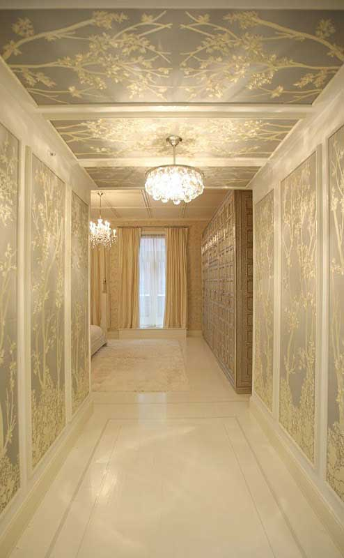Chinoiserie-mural-that-extends-from-the-walls-to-the-ceiling-in-a-hallway-wallpaper-wp4604718-2