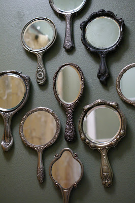 Cool-mirror-decoration-idea-Use-a-collection-of-vintage-mirrors-decor-wallpaper-wp5804713
