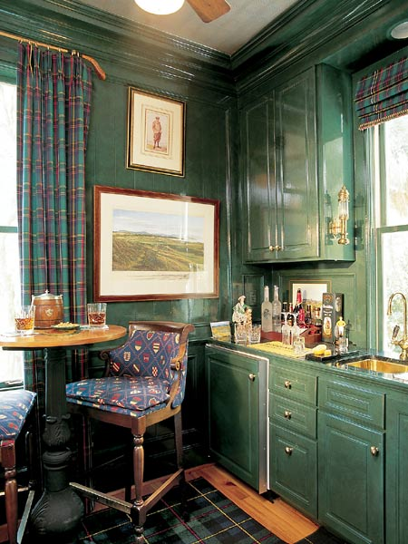 Dark-green-gloss-cabinets-and-walls-in-a-golf-themed-bar-Photo-Jean-Allsopp-Stylist-Mary-Lei-wallpaper-wp424842
