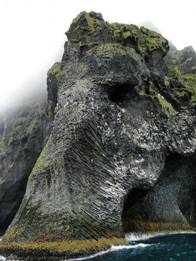 Elephant-Rock-Heimaey-Iceland-wallpaper-wp5007094