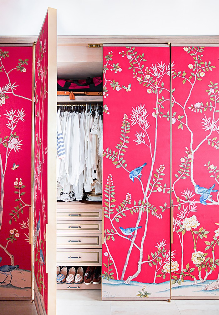 Fashion-designer-Austyn-Zung-covered-her-wardrobe-doors-in-a-hand-painted-de-Gournay-wallpaper-to-ma-wallpaper-wp4806351