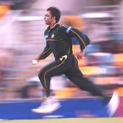 Shoaib-Akhtar-In-Full-Flight-wallpaper-wp5408636