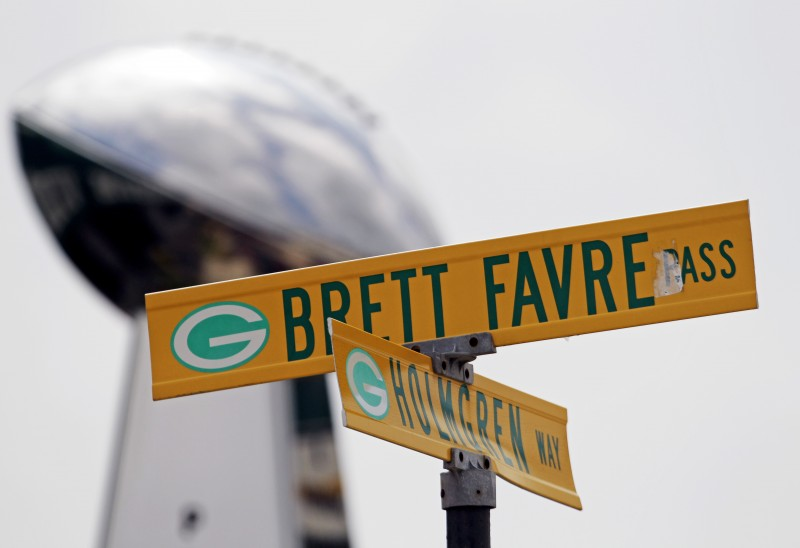 The-intersection-of-Holmgren-Way-and-Brett-Favre-Pass-in-Green-Bay-packers-legends-titletown-wallpaper-wp4007941