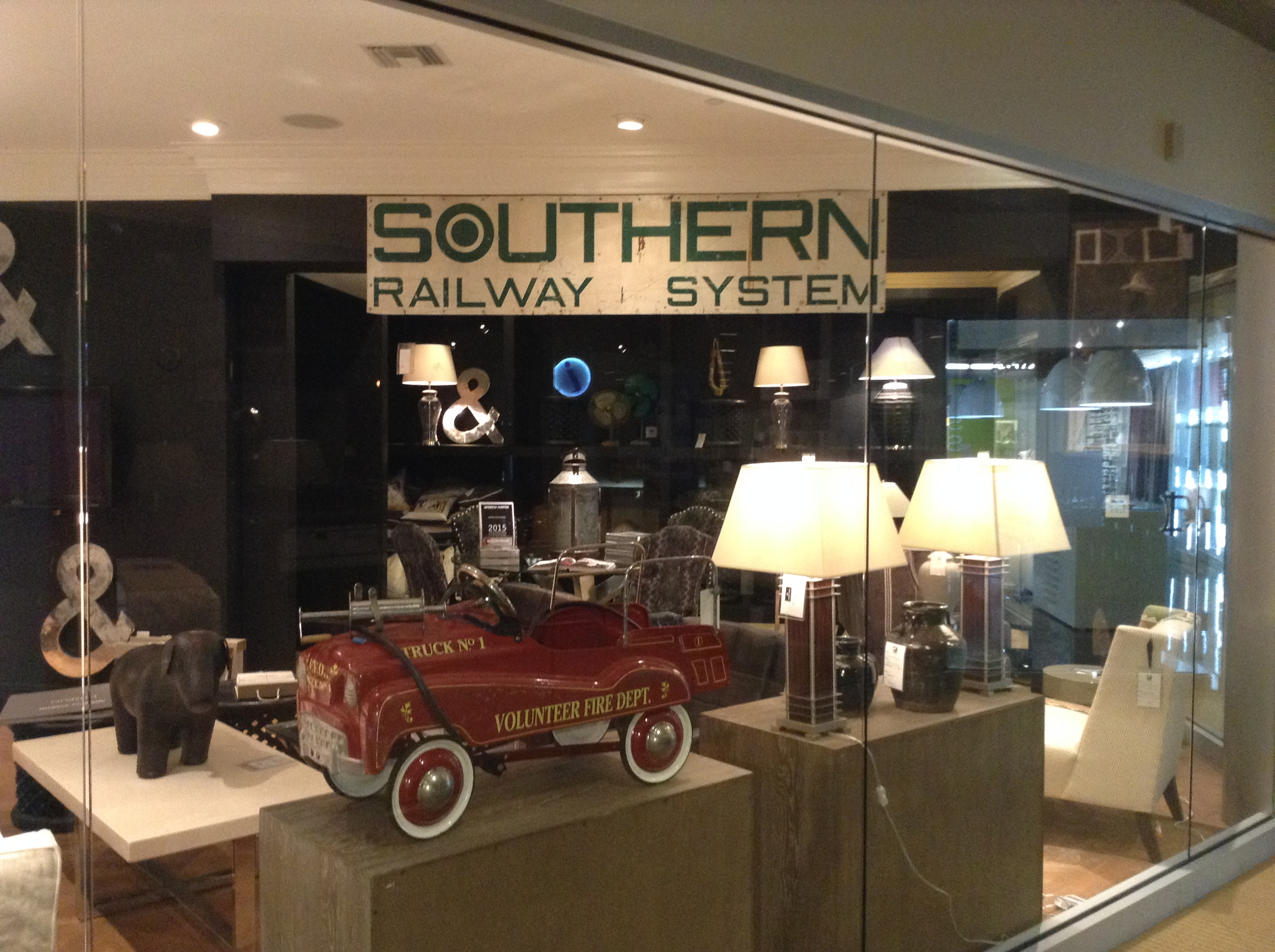 andrewmartin-vintage-car-southern-railway-system-lamps-tables-interiordesign-homedecor-de-wallpaper-wp5602252