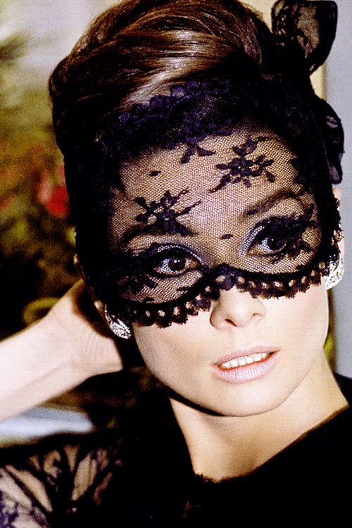 audrey-hepburn-in-how-to-steal-a-million-givenchy-cartier-diamond-earrings-wallpaper-wp423804-1