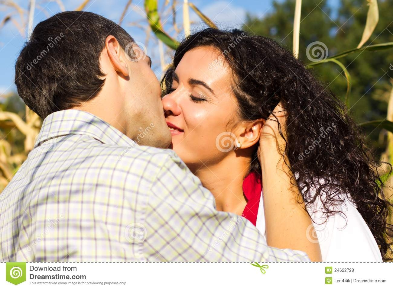 beautiful-images-of-love-couple-free-download-HD-Beautiful-Happy-Love-Couple-Kissing-Royalty-Fre-wallpaper-wp3403010