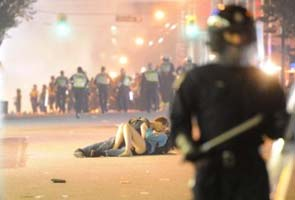 couple-kissing-during-stanley-cup-riots-in-vancouver-named-esquire-picture-of-the-year-wallpaper-wp3604387