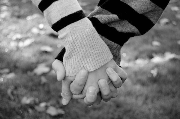 holding-hands-D-wallpaper-wp5207507