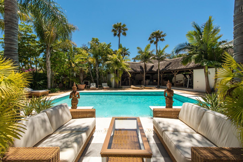 A-charming-beachside-home-in-Los-Monteros-Playa-luxury-exclusive-properties-marbella-realty-wallpaper-wp3802067