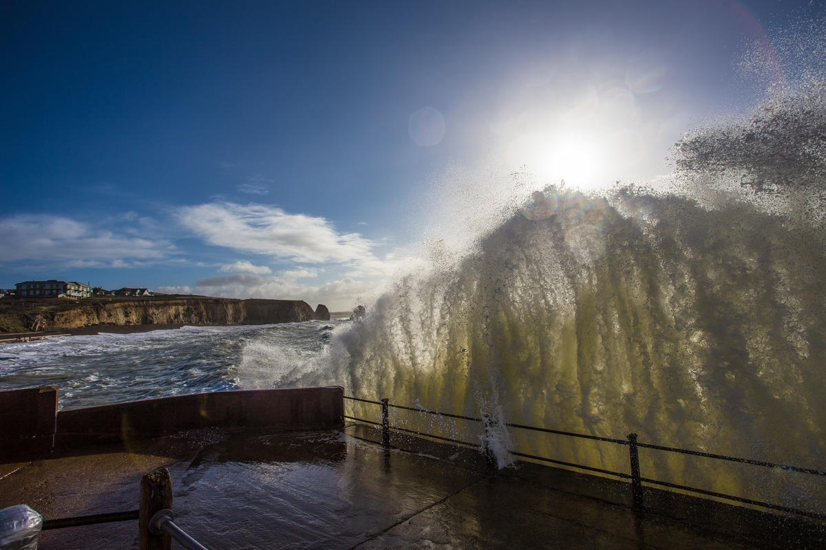 Big-waves-on-the-Isle-of-Wight-wallpaper-wpc5802828
