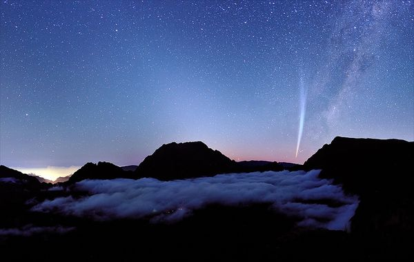 Comet-Meets-Cloud-wallpaper-wp3803926