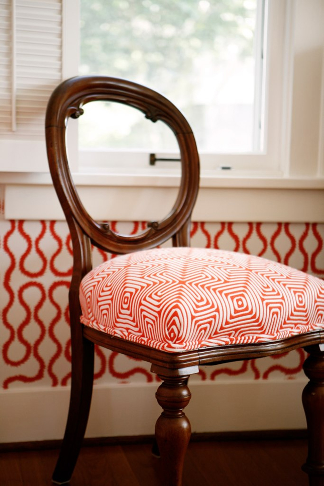 A-little-occasional-chair-covered-in-a-Trina-Turk-indoor-outdoor-fabric-Squiggle-wallpaper-Vivienne-wallpaper-wp4803841