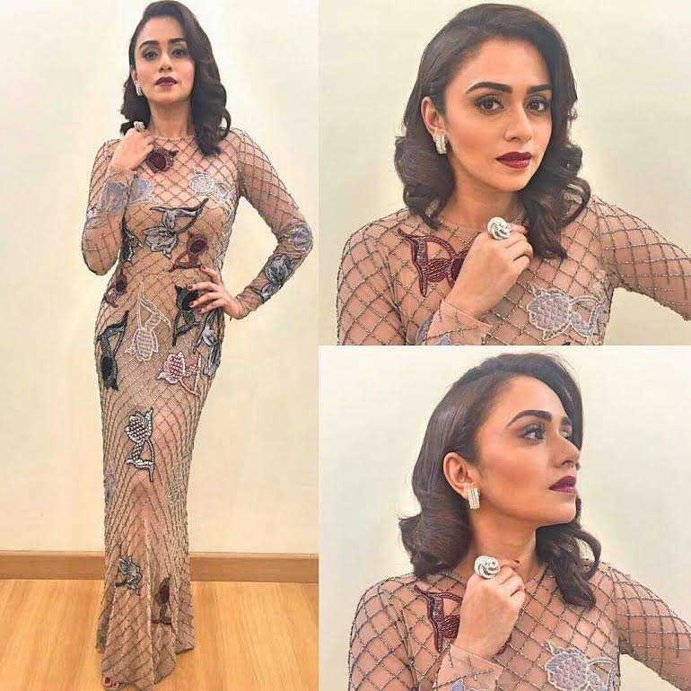 Actress-Amruta-khanvilkar-wearing-a-gown-by-designer-Nachiket-barve-and-jewellery-by-Minawala-Jewell-wallpaper-wp5602722