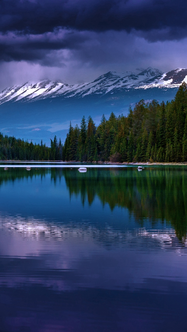 Alberta-Canada-Valley-Of-Five-Lakes-Lake-Mountains-Reflection-iPhone-s-wallpaper-wp423546