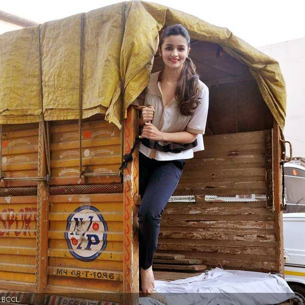 Alia-Bhatt-gets-photographed-during-the-promotion-of-the-movie-Highway-held-in-Mumbai-wallpaper-wp5403155