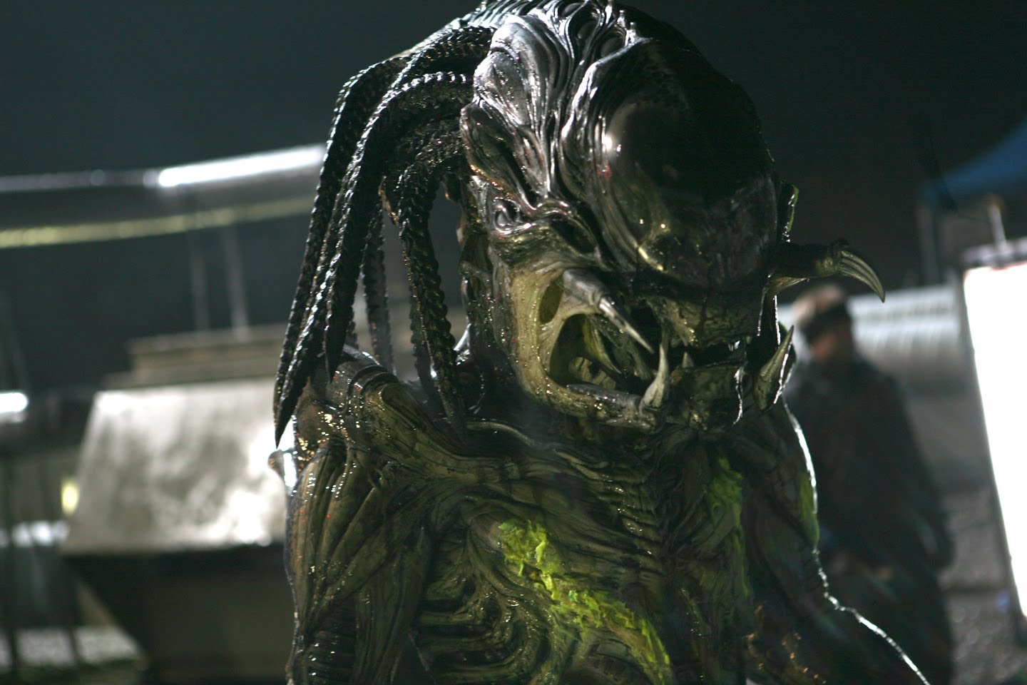 Aliens-vs-Predator-Requiem-AvP-R-Pred-Alien-Sculpting-Hybrid-Predator-With-Alien-wallpaper-wp5004411