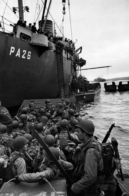Allied-troops-in-landing-craft-boarding-ships-on-their-way-to-the-beach-landings-of-Normandy-on-the-wallpaper-wp3003100