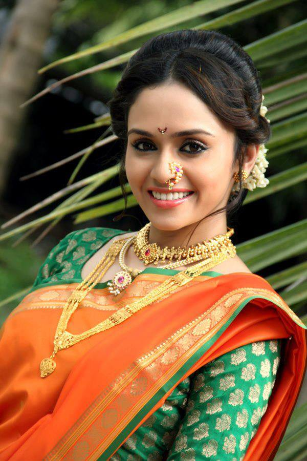 Amruta-Khanvilkar-is-an-Indian-film-actress-who-appears-in-Bollywood-and-Marathi-mov-wallpaper-wp5602869