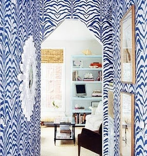 Ashley-Whittaker-a-tiny-entryway-becomes-a-showstopper-using-Zebrine-in-blue-and-white-wallpaper-wp3003343