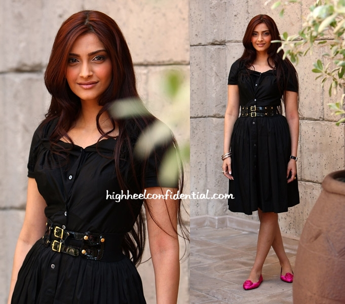 At-the-photocall-for-Dilli-at-DIFF-Sonam-sported-a-casual-avatar-in-a-Vivienne-Westwood-Anglomani-wallpaper-wp5004817