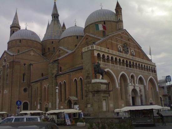 Basilica-di-Sant'Antonio-tomb-of-St-Anthony-relics-religious-pilgrimage-Padua-Italy-wallpaper-wp5803834-1