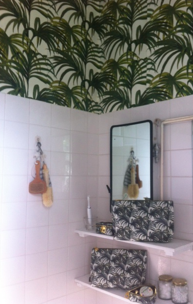 Bathroom-needing-renovation-gets-super-hip-House-of-Hackney-burst-of-Palmeral-in-white-wallpaper-wp60078