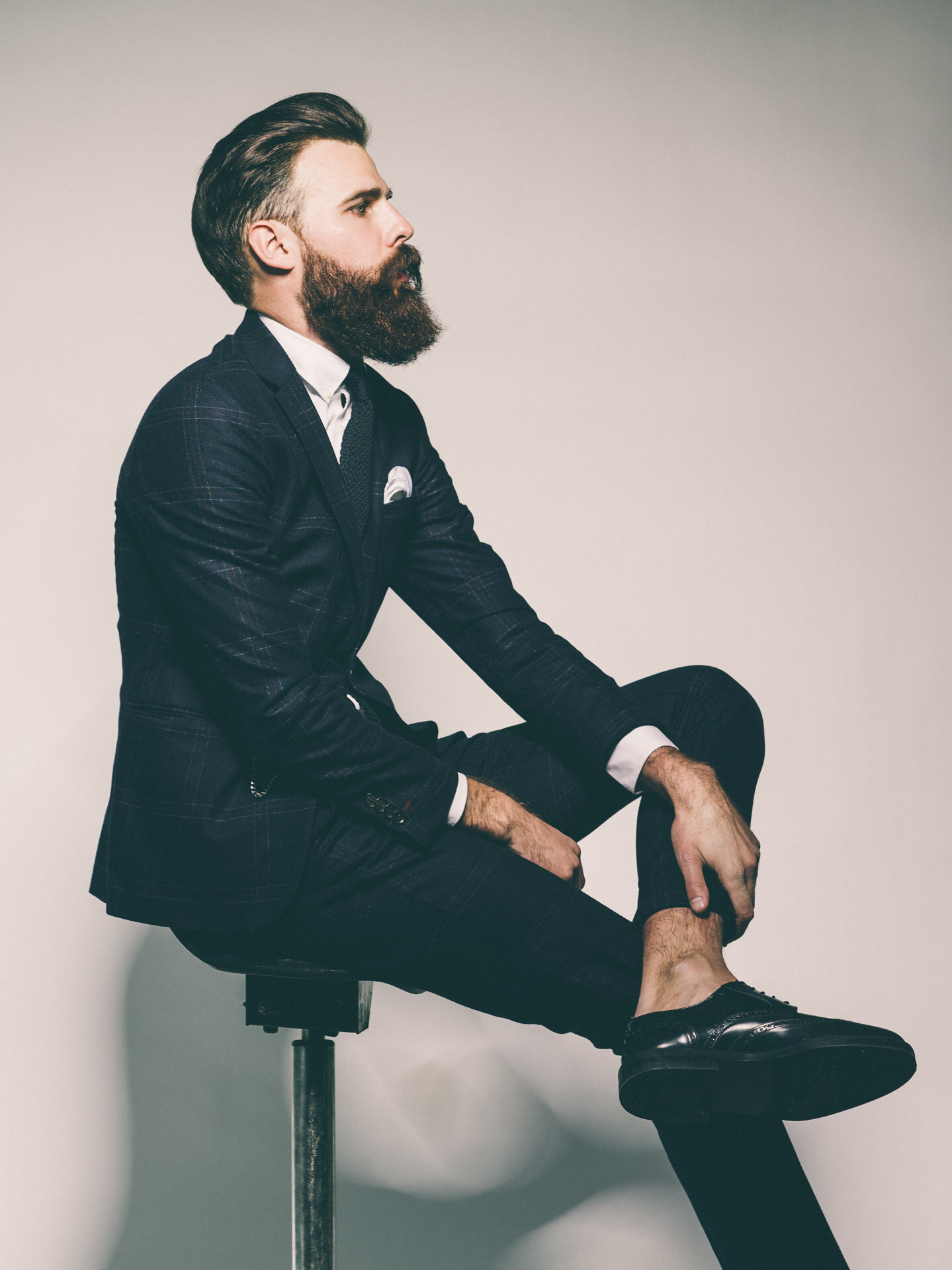 Beard-and-suit-What-more-would-a-woman-need-wallpaper-wp4404903