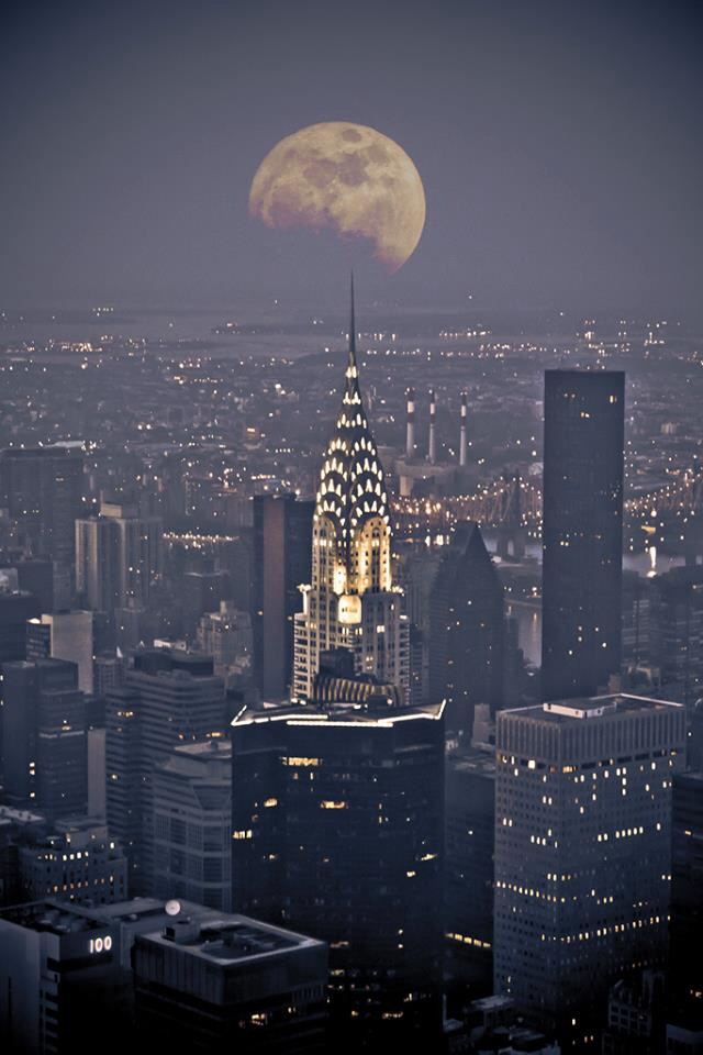 Beautiful-moon-Now-now-where-ELSE-would-aliens-decide-to-land-when-they-come-to-Earth-NYC-of-cou-wallpaper-wp5803895