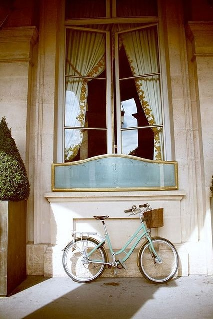 Bike-in-the-shadow-of-Paris-wallpaper-wp4405099
