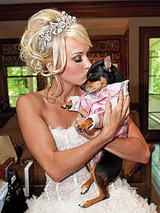 Carrie-Underwood-and-her-Min-Pin-wallpaper-wp4604590-1
