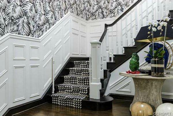 Celeb-Real-Estate-Kourtney-Kardashian's-Calabasas-House-wallpaper-wp4604610